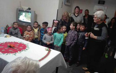 Деца поздравиха върастните в дома за стари хора в Камено