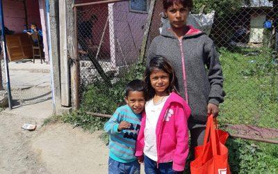 """Семействата от проект """"Стани настойник"""" получиха хранителни пакети за Великден"""
