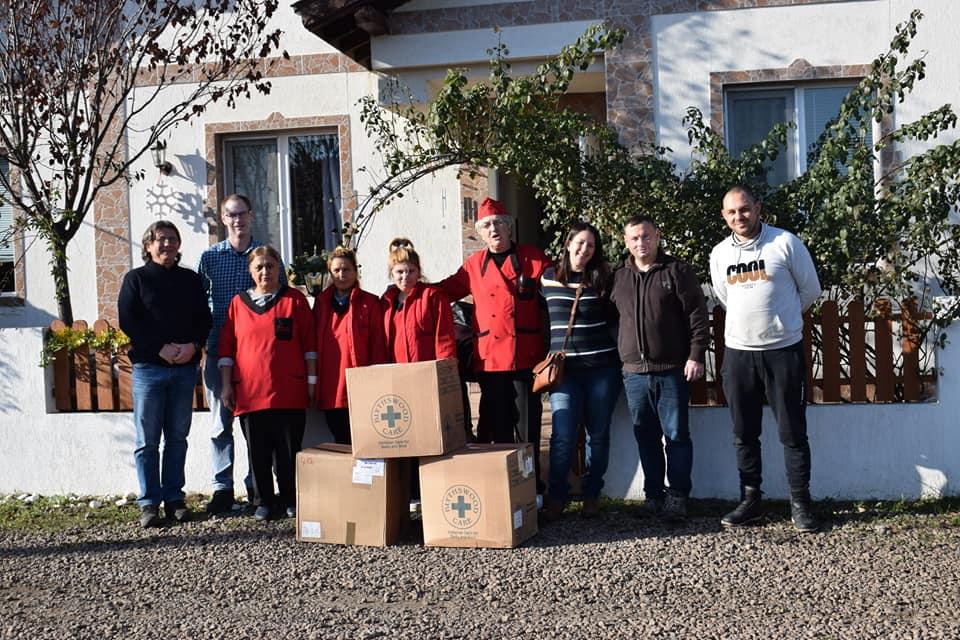 500 подаръка достигнаха до деца и възрастни само за ден